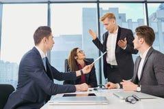 Businessteam работая на столе современный офис Дело тренировки Стоковые Фото