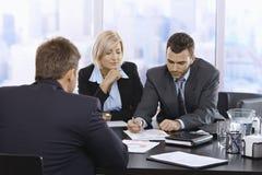 Businessteam рассматривая документы Стоковая Фотография RF