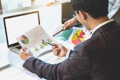 Businessteam 2 смотря отчет и имея обсуждение внутри  стоковые изображения