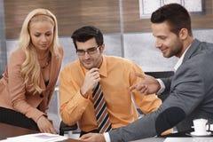 businessteam совместно работая детеныши Стоковое Изображение