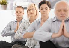 执行执行瑜伽的businessteam 免版税库存照片