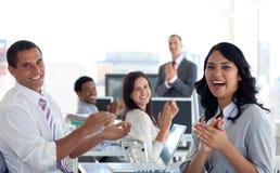 Businessteam applaudissant le projet réussi photographie stock libre de droits