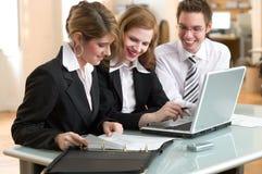 Businessteam bei der Arbeit im Büro stockfotografie