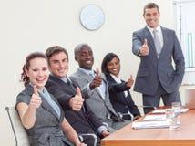 Businessteam com polegares acima após uma apresentação imagens de stock