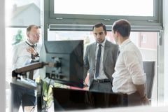 Businessteam d'entreprise fonctionnant dans le bureau moderne Photos stock
