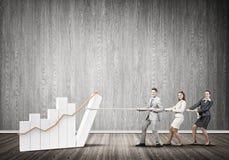 Businessteam, das in der Zusammenarbeit zieht Diagramm mit Seil als Symbol der Macht und der Steuerung arbeitet Stockbilder