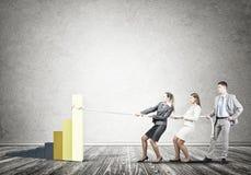 Businessteam, das in der Zusammenarbeit zieht Diagramm mit Seil als Symbol der Macht und der Steuerung arbeitet Lizenzfreies Stockbild