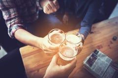 Businessteam, das im Nachtklub sich entspannt und spricht lizenzfreie stockfotografie