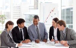Businessteam, das Kenntnis während einer Sitzung nehmend spricht stockfotos