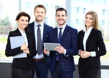 Businessteam de sorriso feliz no escritório fotografia de stock