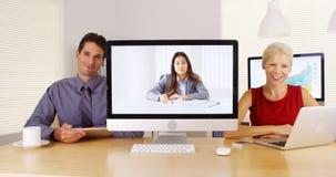 Businessteam die aan camera luisteren en nota's nemen stock foto