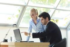 Businessteam die aan Laptop werken Stock Fotografie