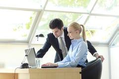 Businessteam die aan Laptop werken Stock Foto's