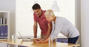 Businessteam die en in het bureau spreken onderzoeken stock fotografie