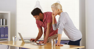 Businessteam die hard in het bureau werken royalty-vrije stock foto