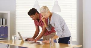 Businessteam die hard in het bureau werken royalty-vrije stock foto's