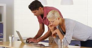 Businessteam die in het bureau samenwerken stock afbeelding