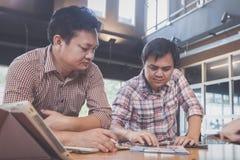 Businessteam die ideeën bespreken en over winstensamenvatting plannen royalty-vrije stock afbeeldingen