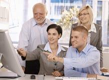Businessteam die samenwerkt stock foto's