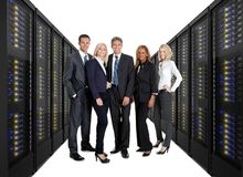 Businessteam die zich op voorzijde van serverrekken bevinden Stock Foto's