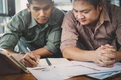 Businessteam discutant des idées et prévoyant au sujet des bénéfices summar photo libre de droits