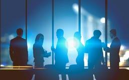 Businessteam in einem Nachtstadtbüro stockbild