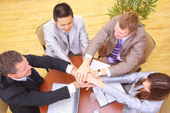 Businessteam en handen op bovenkant royalty-vrije stock foto's