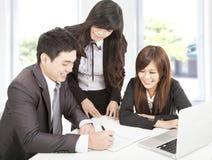 Businessteam fonctionnant dans le bureau Photo stock