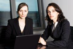 Businessteam i regeringsställning Arkivbild