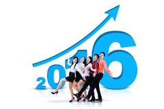 Businessteam mit Zahlen 2016 und aufwärts Pfeil Lizenzfreies Stockfoto