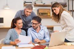 Businessteam que discute en oficina Foto de archivo
