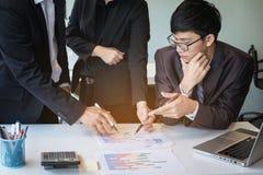 businessteam que olha o relatório e que tem uma discussão em offic imagens de stock