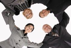 Businessteam que se coloca en el grupo, sonriendo Imagenes de archivo