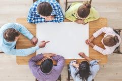 Businessteam que trabaja en la mesa de reuniones Foto de archivo
