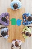 Businessteam que trabaja en la mesa de reuniones Fotos de archivo libres de regalías