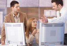 Businessteam que trabalha em computadores conectados Foto de Stock Royalty Free