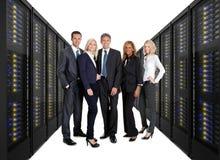 Businessteam restant sur l'avant des armoires de serveur Photos stock