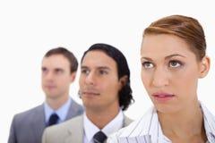 Businessteam som plattforer i en rad som ser höger Arkivbild