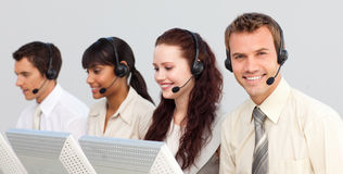 Businessteam sorridente che funziona in una call center Fotografia Stock Libera da Diritti