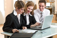 businessteamkontorsarbete Arkivbild
