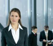 businesswiman kollegor front henne som är ung Royaltyfria Foton