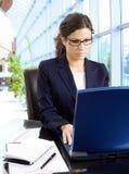 Businesswman que trabalha no portátil imagens de stock