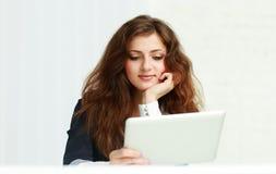 Businesswoma joven feliz con la tableta Fotos de archivo