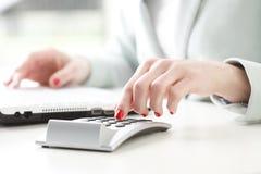 Businesswoman analyzing data Royalty Free Stock Photography