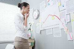 Businesswoman analyzing a financial chart Royalty Free Stock Photography