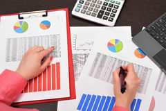 Businesswoman analyzing investment charts Royalty Free Stock Photography