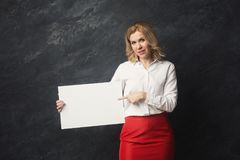 Businesswoman with blank white paper Royalty Free Stock Photos