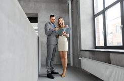 Businesswoman and businessman with folder Royalty Free Stock Photos