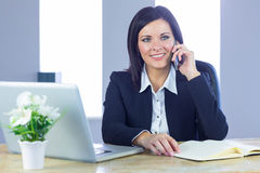 Businesswoman on a call at her desk Royalty Free Stock Photos