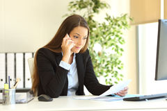 Businesswoman calling customer service Royalty Free Stock Photos